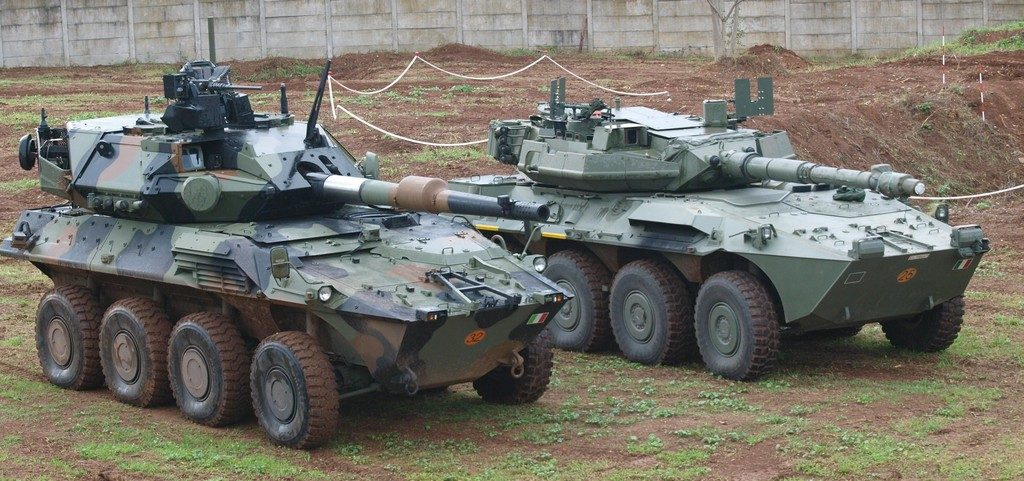 The Centauro II, left, and its predecessor, right. Bigger, more protected, with a greater firepower and linkable to the networked environment, these the main features of the new platform. (Photo P. Valpolini)