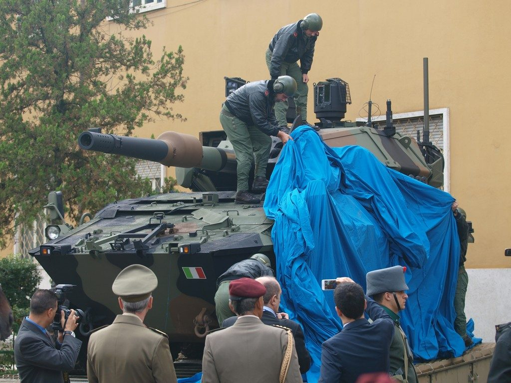 The unveiling of the Centauro II; the vehicle then moved to the cross-country training area. (Photo P. Valpolini)