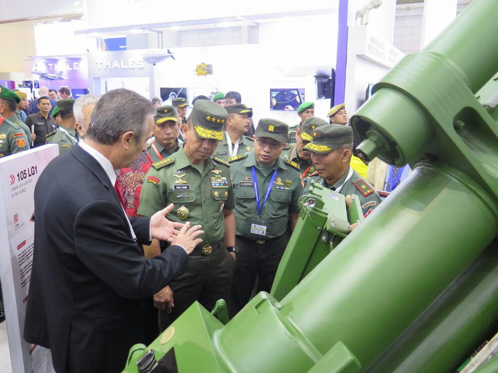 Army Chief of Indonesia General MULYONO with the Nexter director for Asia at Nexter booth.