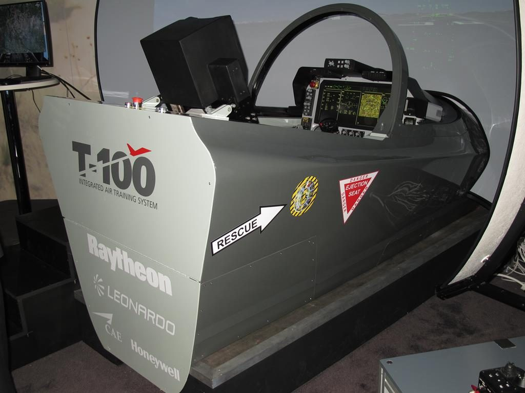The T-100 simulator exhibited in the Raytheon stand. It already featured the large area display required by the USA: (P. Valpolini)