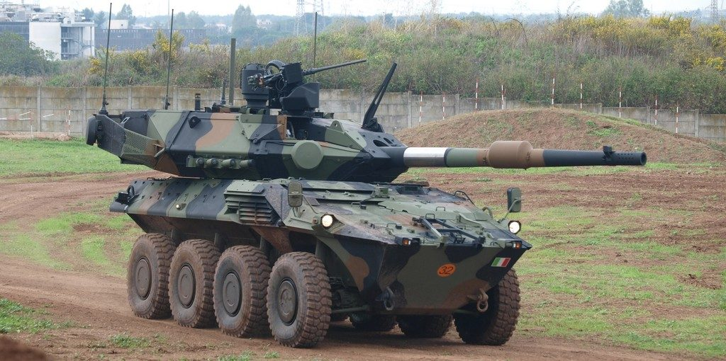 On the ove with hatches closed and in the hunter-killer mode. The Centauro II can use all existing 120 mm ammunition. (Photo P. Valpolini)
