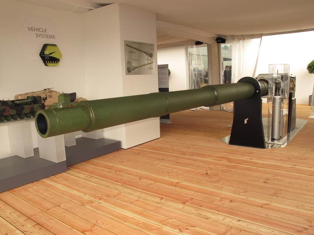 The 130 mm tank gun developed by Rheinmetall will soon undergo its first firing trials. (Photo P. Valpolini)